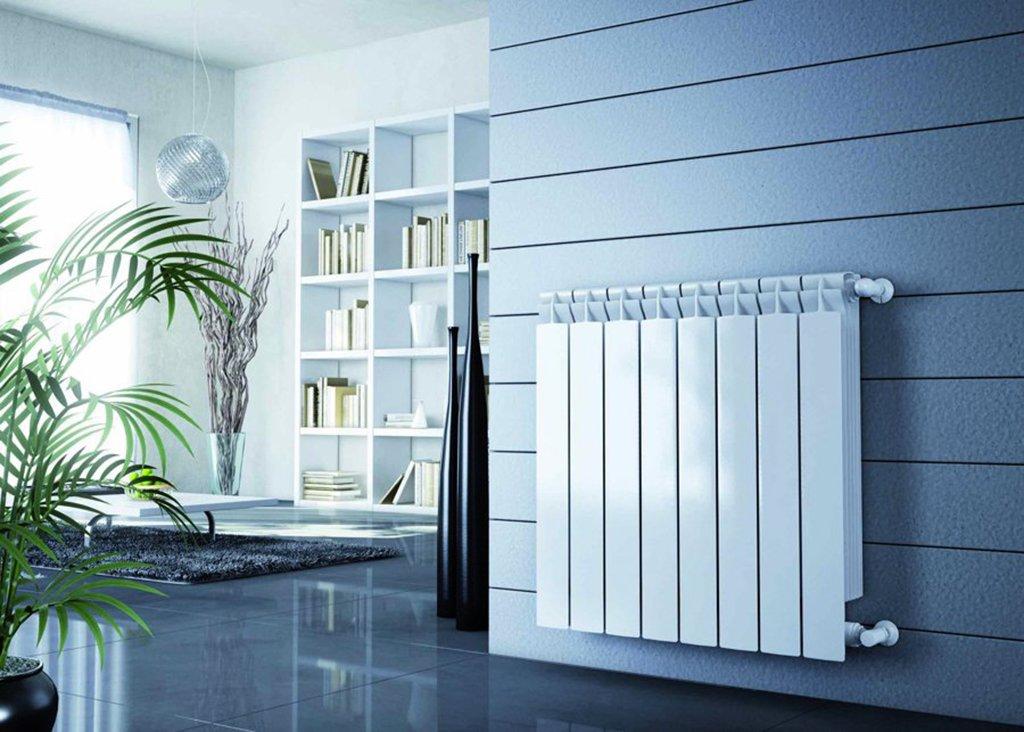 Cómo elegir una de las mejores calderas para tu vivienda en Andorra A la hora de elegir una caldera de condensación para tu vivienda, debes tener en cuenta varios aspectos:  Rendimiento.El rendimiento de una caldera de gas es esencial, ya que cuanto mejor sea, más eficiente será la caldera y más te ayudará a ahorrar. Recuerda que el rendimiento de las calderas de condensación puede mejorar hasta un 4% utilizando un controlador (termostato) adecuado.  Confort de agua caliente sanitaria (ACS). Las calderas más habituales son aquellas que, además de calentar el circuito de calefacción, proporcionan agua caliente instantánea sin acumulación. Por eso es importante ver los perfiles de ACS, que indican la cantidad de ACS que es capaz de generar la caldera y si dispone de algún sistema de precalentamiento o micro acumulación que minimice la espera. Debes tener en cuenta que los fabricantes utilizan diversos métodos.  Facilidad de instalación. Si la caldera es fácil de instalar, ahorrarás en su puesta en marcha, ya que el instalador tendrá que invertir menos horas en su montaje.  Durabilidad y garantía. Otro punto a tener en cuenta es la durabilidad del producto y la garantía oficial ofrecida por el fabricante. La garantía mínima obligatoria en España es de 2 años, aunque algunas marcas deciden alargarla a hasta 10 años, dejando patente la confianza que tienen en la buena calidad de sus productos.  2. Las mejores calderas de 2017. A continuación encontrarás el listado de las mejores calderas de condensación de gas de 2017 de 24-25 Kw, las más habituales en una vivienda.  Junkers Cerapur Comfort ZWBE 25-3C. Potencia: 25Kw Medidas: 710x400x330 mm Rendimiento: 94% – Clase A Producción ACS: 10,2 litros/minutos – Clase A, Perfil XL Controlador recomendado: Termostato Junkers CW100 Sistema de precalentamiento ACS: Microacumulación Quick Tap. Este sistema permite que en el momento de necesidad de agua caliente, se abra y cierra el grifo de agua caliente. De esta manera la caldera s